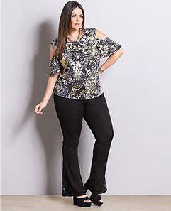 Blusa Abstrata e Calça Flare com Renda Plus Size