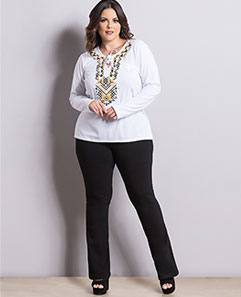 Blusa Branca com Estampa e Calça Flare Preta Plus Size