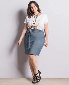 T-shirt Branca e Saia Azul com Amarração Plus Size