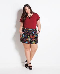 Blusa Básica Vermelha e Shorts Floral Dark Plus Size