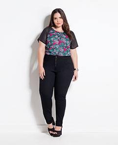 Blusa Preta e Estampa de Folhas e Calça Jegging Preta Plus Size