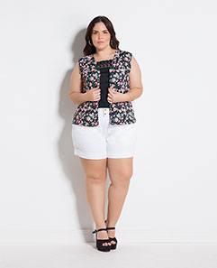 Colete Floral Escuro e Short Branco Plus Size
