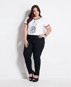 T-shirt Branca com Estampa e Calça Jegging Preta Plus Size