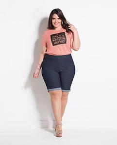 T-shirt Salmão e Bermuda Jeans Plus Size