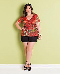 Blusa Vermelha Folhagem e Short Preto de Alfaiataria Plus Size