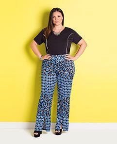 T-shirt de Algodão Preta e Calça Flare Geométrica Plus Size