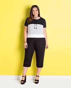 T-shirt Preta, Branca e Listrada e Pantacourt Preta Plus Size