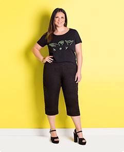 T-shirt Preta e Pantacourt Preta Plus Size