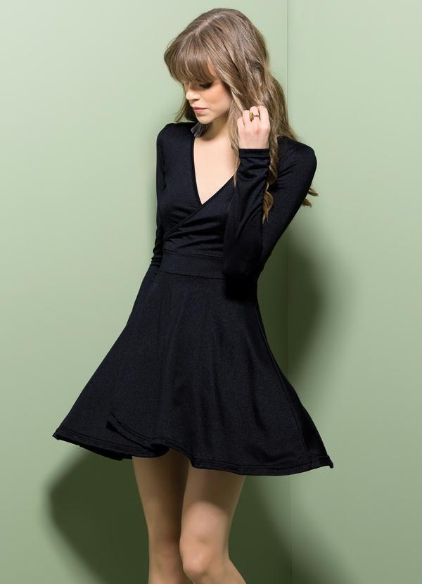 Vestido preto gola v