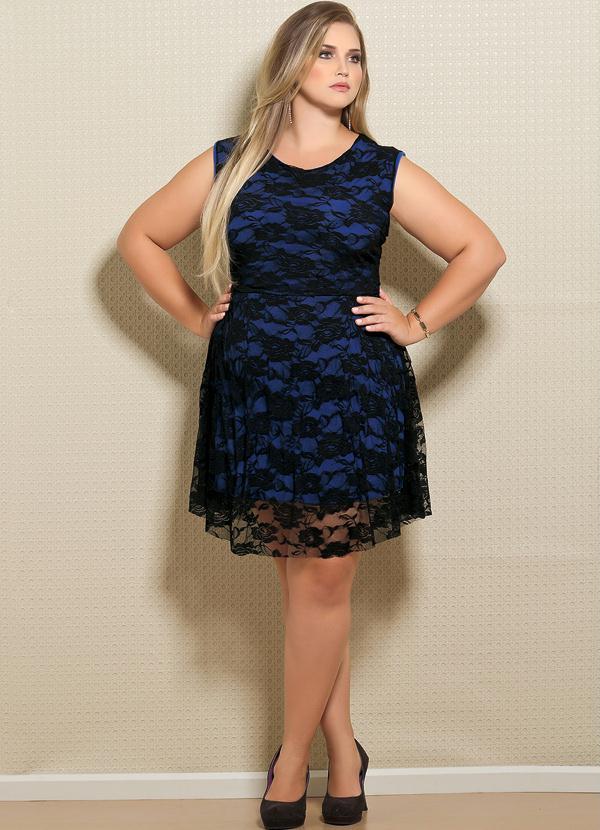 6122bb100 Vestido em Renda Plus Size Preto e Azul - Quintess
